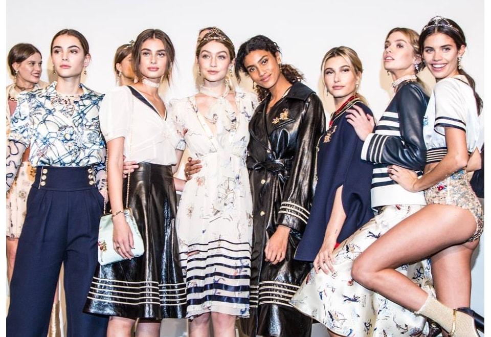modelos nos bastidores de desfile e imediatismo na moda