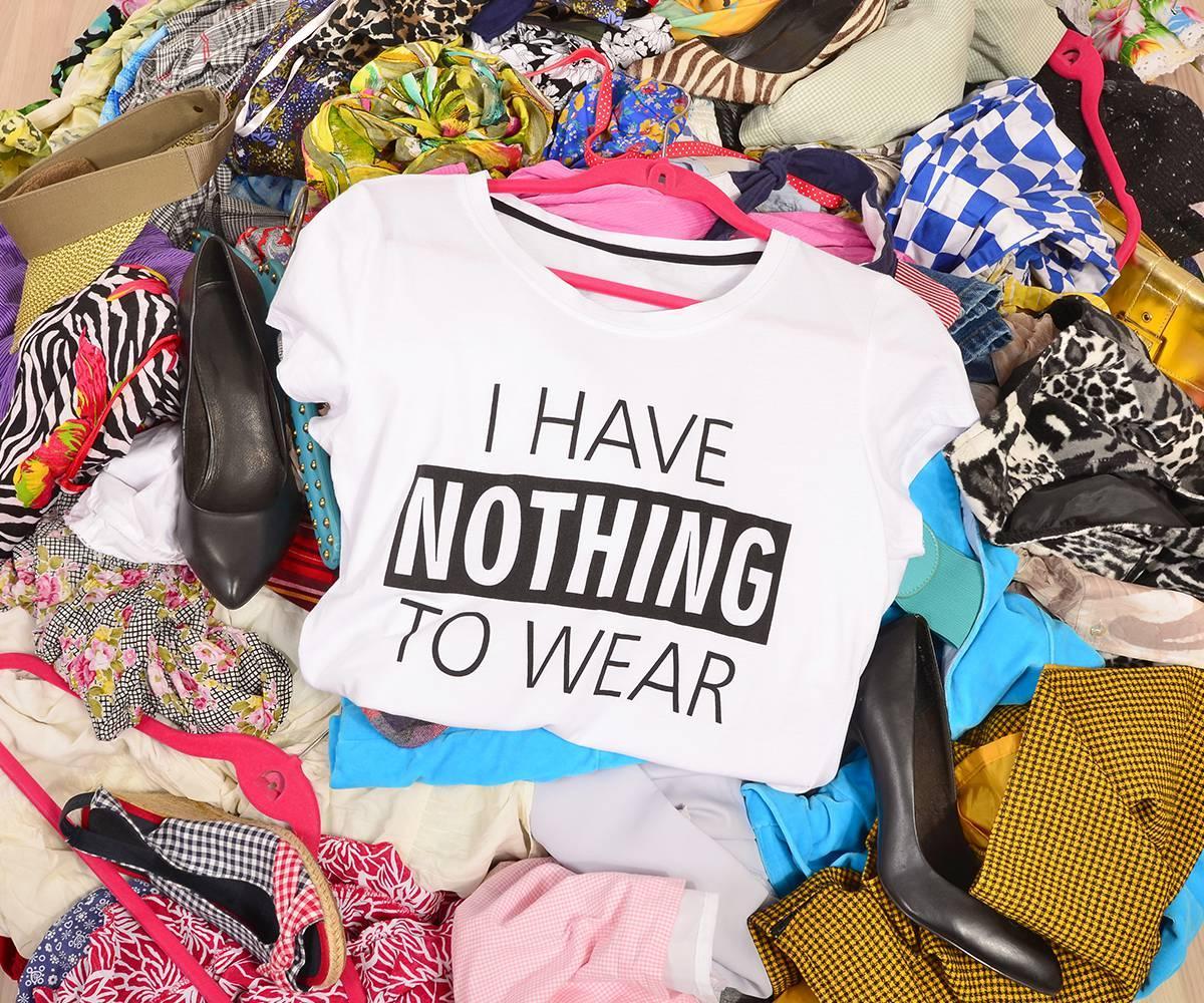 blusa com frase não tenho nada para usar sugerindo imediatismo na moda