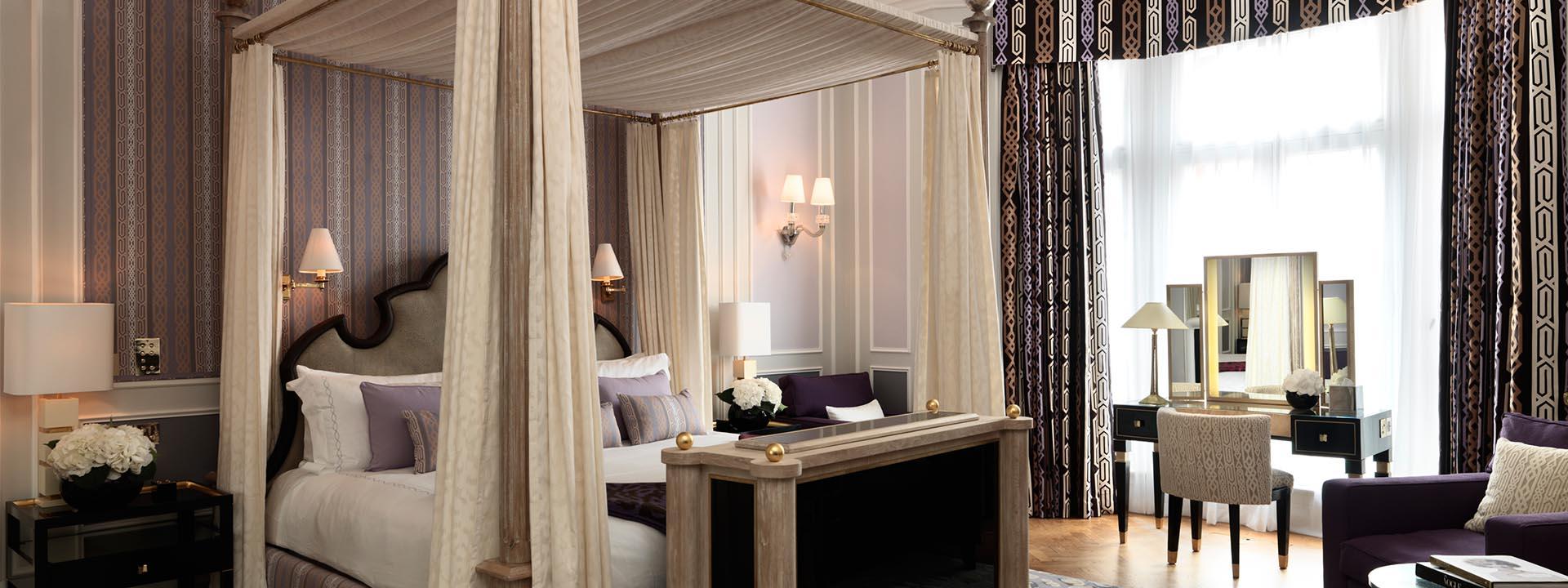 Cama com tenda beduína de seda na Grand Piano Suite em hotel de luxo