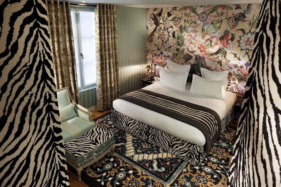 Detalhe de um quarto do Hotel Du Petit Moulin, hotel de luxo em Paris