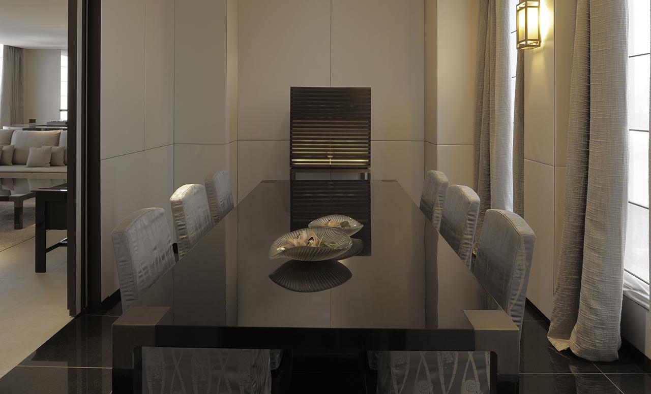 Sala de jantar da suite presidencial do hotel de luxo The Armani Milão