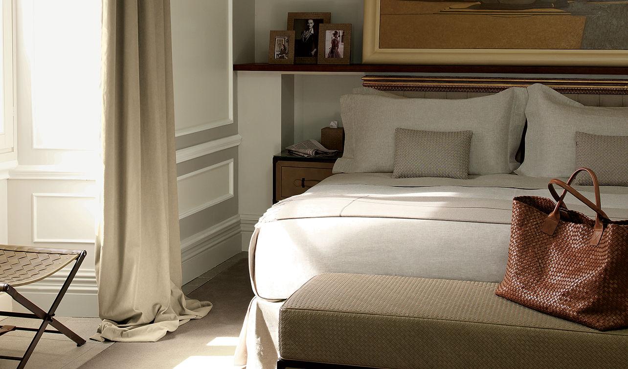 Quarto com cama de casal da marca Bottega Veneta em hotel de luxo