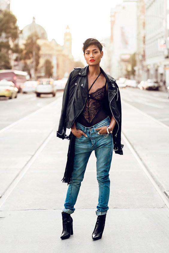 Mulher com body de lingerie e calça jeans