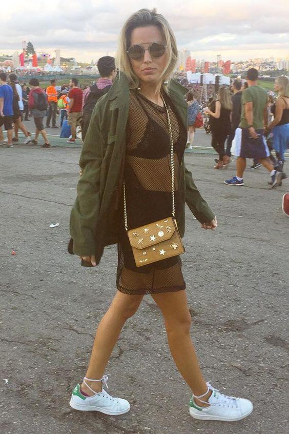 Mulher com bolsa transpassada ideal para o Lollapalooza