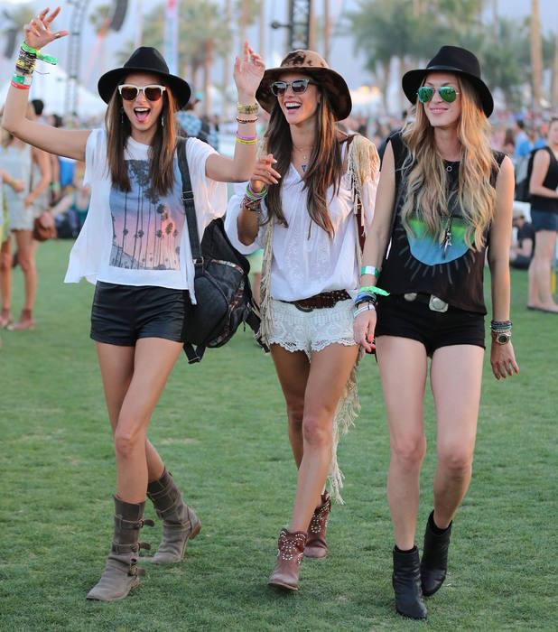 Três mulheres com botas confortáveis em festival como o Lollapalooza