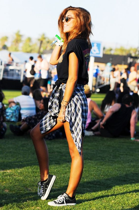 Mulher com camisa xadrez na cintura Lollapalooza