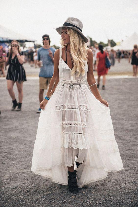 Mulher com look boho de vestido branco em festival