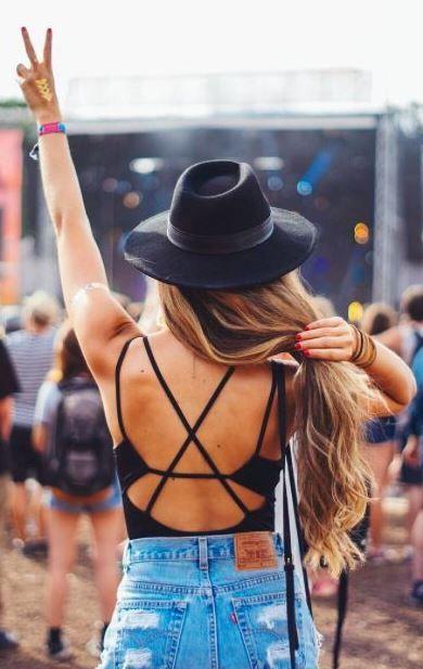 Mulher curtindo festival estilo Lollapalooza