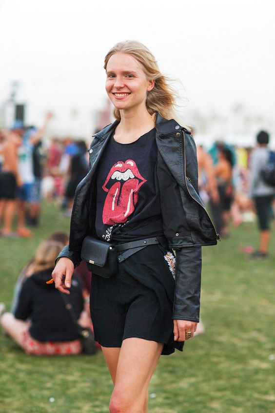 Mulher com pochete preta em festival Lollapalooza