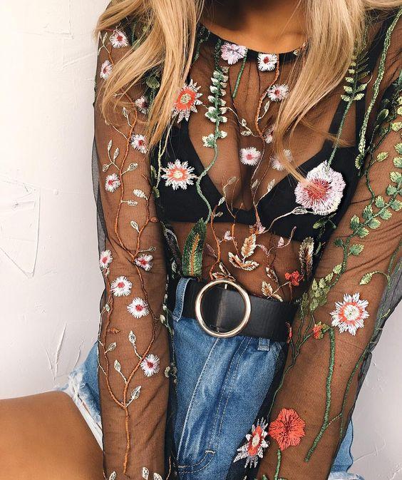 Mulher com transparência bordada para look do Lollapalooza