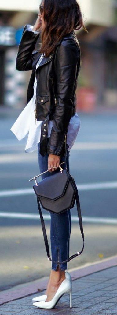 Mulher vestindo jeans com bolsa preta