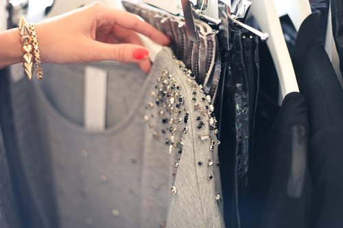 Mulher escolhendo o que vestir no guarda-roupa