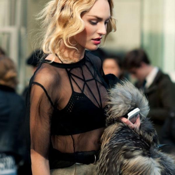 Candice Swanepoel usando lingerie strappy bra com transparência