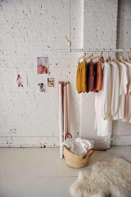 roupas na arara da loja