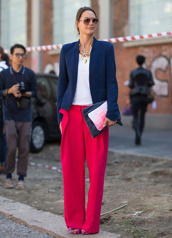 mulher vestindo blazer com calça pantalona