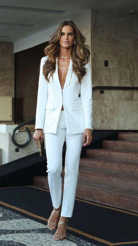 mulher vestindo blazer branco
