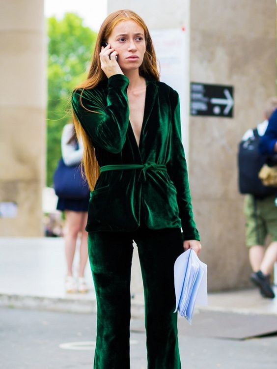 mulher vestindo blazer de veludo