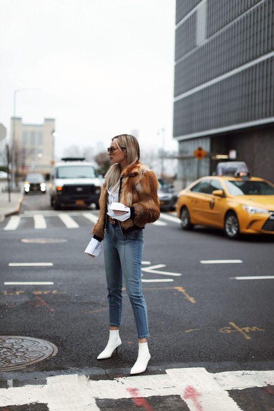 Tendências de botas: bota branca com jeans e casaco
