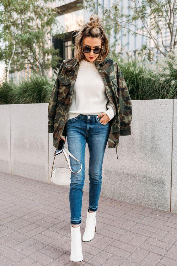 Tendências de botas: bota branca com jeans e jaqueta militar