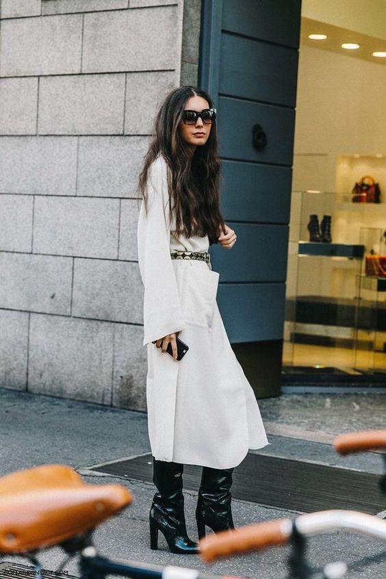 Botas 2018: mulher com bota slouchy preta com vestido branco longo