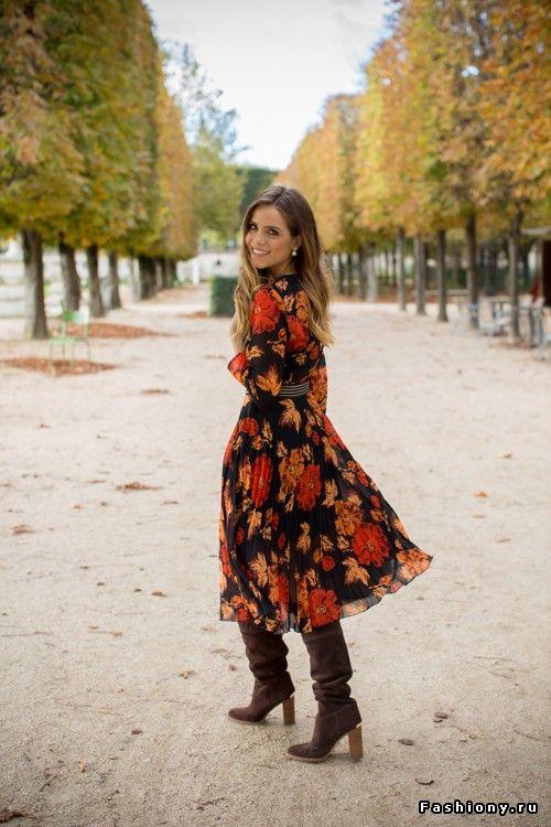 Botas 2018: mulher com bota slouchy e vestido florido