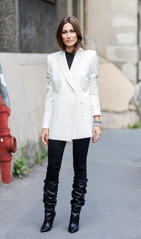 Botas 2018: mulher com bota slouchy preta com calça preta e blazer branco
