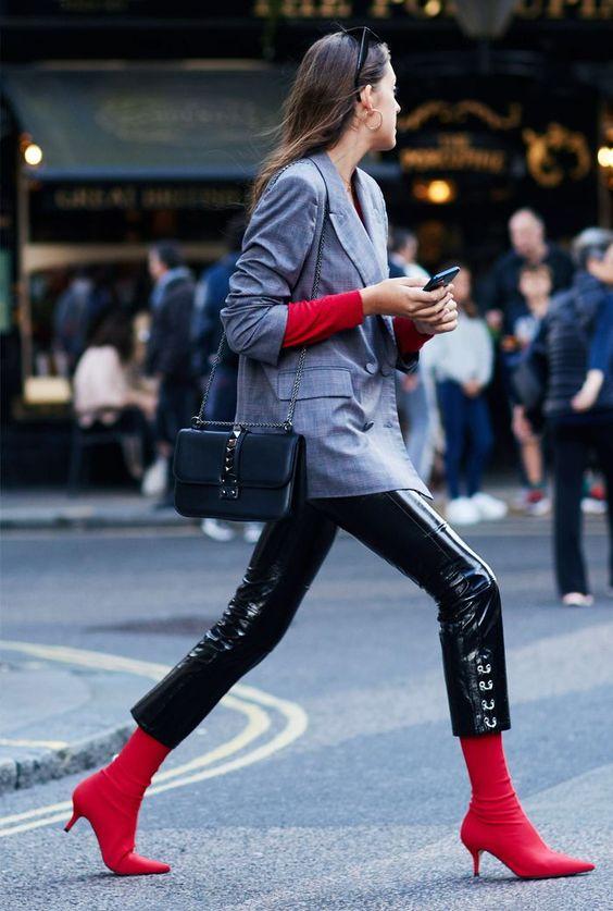 Botas 2018: mulher com bota vermelha com calça vinil preta