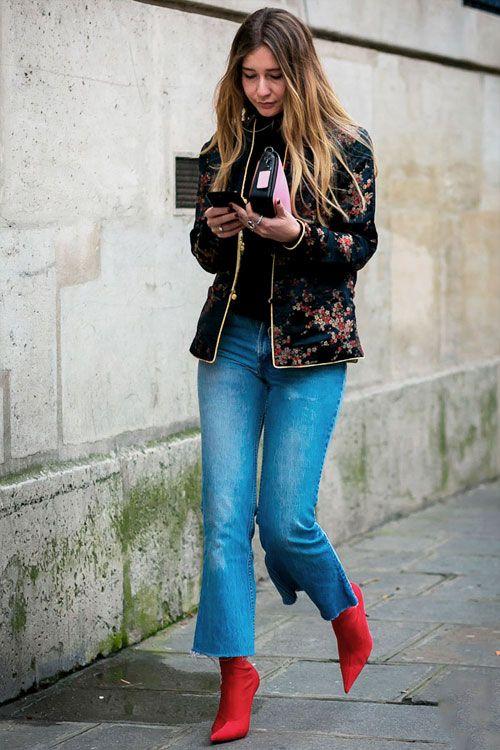 Botas 2018: mulher com bota vermelha com calça jeans cropped flare