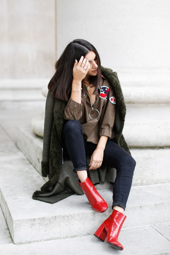 Botas 2018: mulher com bota vermelha com calça jeans mais curta