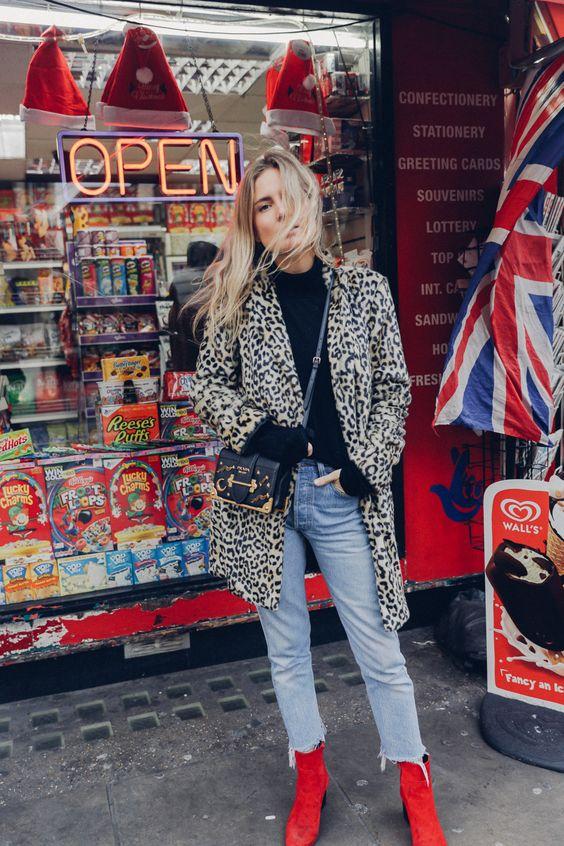 Botas 2018: mulher com bota vermelha com jeans e casaco longo