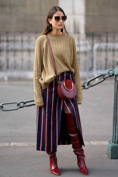 Botas 2018: mulher com bota vermelha over the knee com saia longa