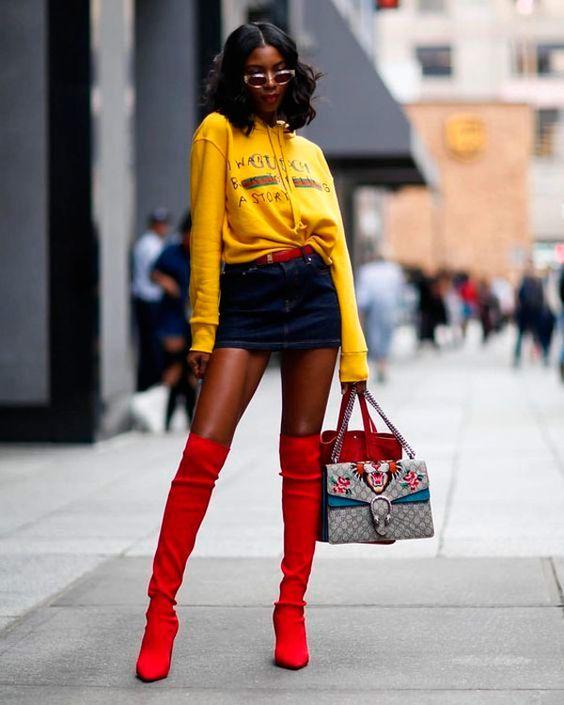 Botas 2018: mulher com bota vermelha over the knee com shorts curto