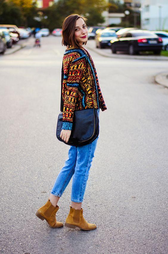 Botas 2018: mulher com chelsea boots caramelo e calça jeans
