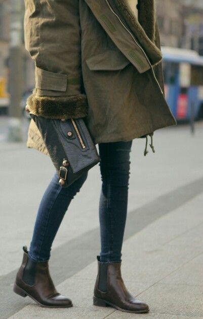 Botas 2018: mulher com chelsea boots com calça jeans e casacão
