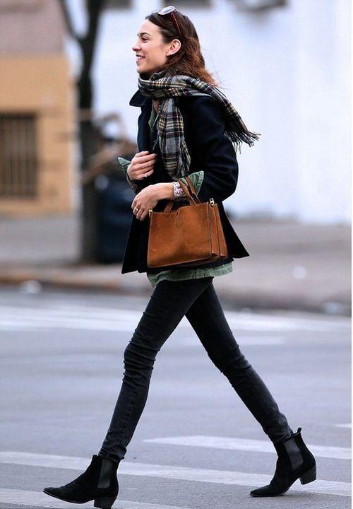 Botas 2018: mulher com chelsea boots preta e calça skinny preta