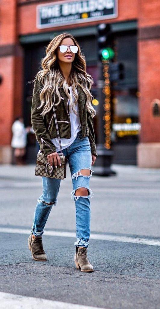 Botas 2018: mulher com chelsea boots com calça jeans destroyed