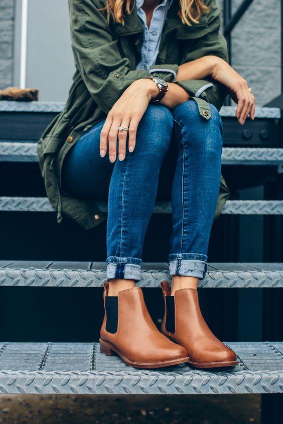 Botas 2018: destaque de pernas femininas com chelsea boots e calça jeans