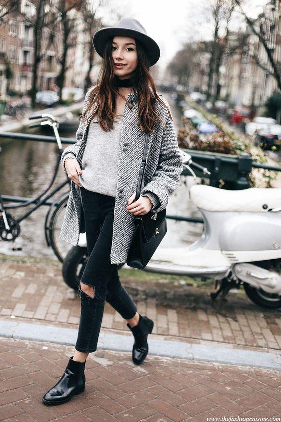 Botas 2018: mulher com chelsea boots preta com calça jeans rasgada