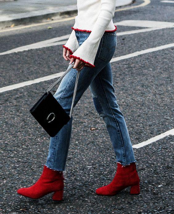 Botas 2018: mulher com chelsea boots vermelha e jeans