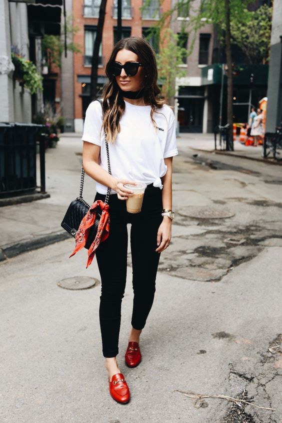 Mulher vestindo flat mules vermelha