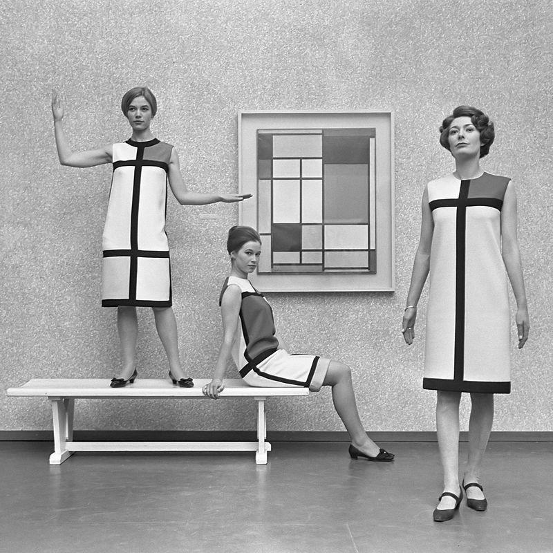 Moda e arte: mulheres com vestido com estampa de Mondrian em frente ao quadro do artista