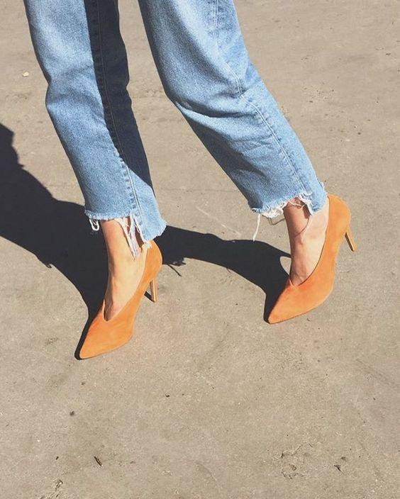 Close de pernas femininas com scarpin decote V