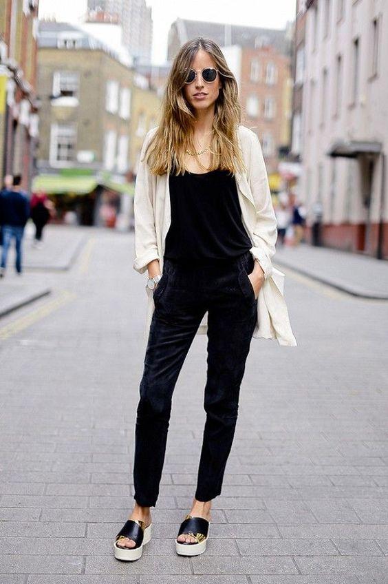 Mulher parada na rua usando sapato flatform