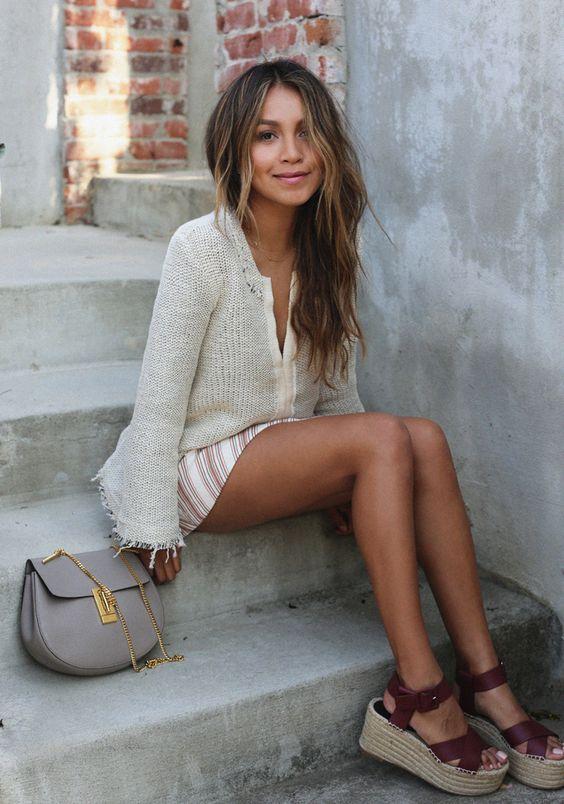 Mulher sentada em escada usando sapato flatform