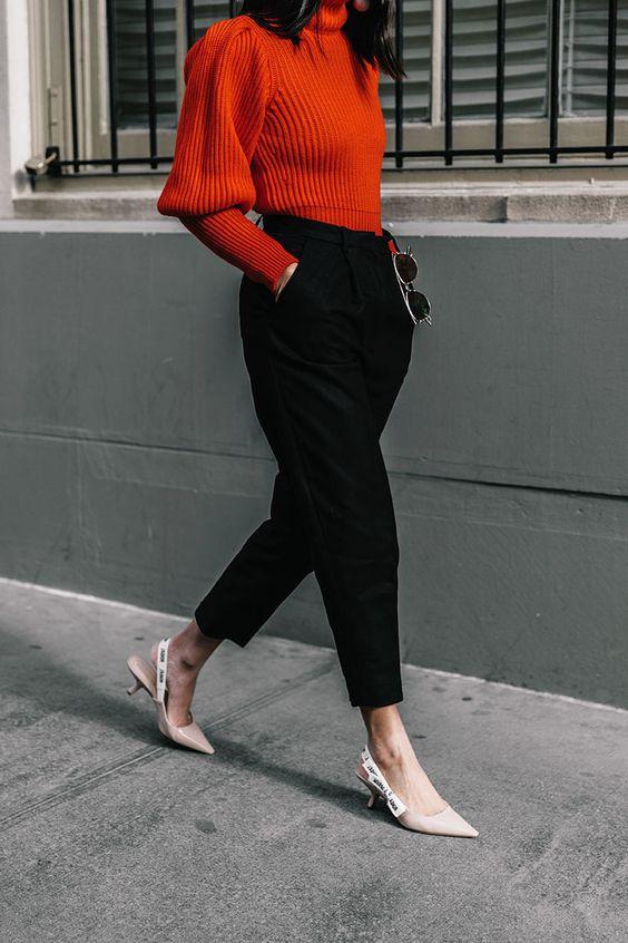 Mulher com calça preta e sapatos kitten heels