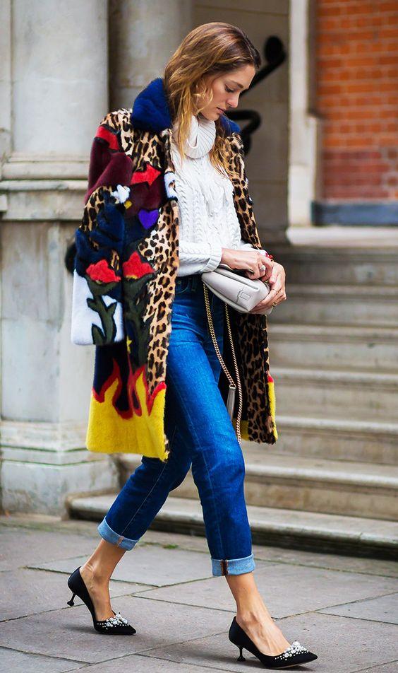 Mulher com calça jeans, casaco estampado e sapatos kitten heels