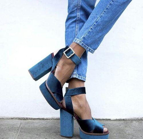 Close de pés femininos com calça jeans e sapato plataforma