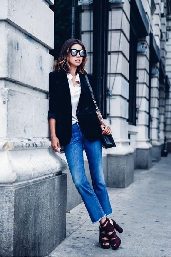 Mulher com sapato plataforma, calça jeans e blazer preto