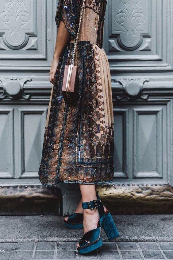 Mulher com vestido estampado e sapato alto plataforma
