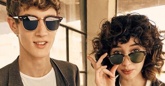 Homem e mulher com óculos Clubmaster metal da Ray-Ban